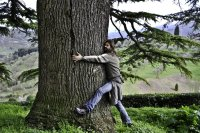 Tree-hugging-man-nature-connection-therapy-mental-health-sam-joe-cooley-samjoecooley-blog-clinical-psychology-sport-health-exereice-walking